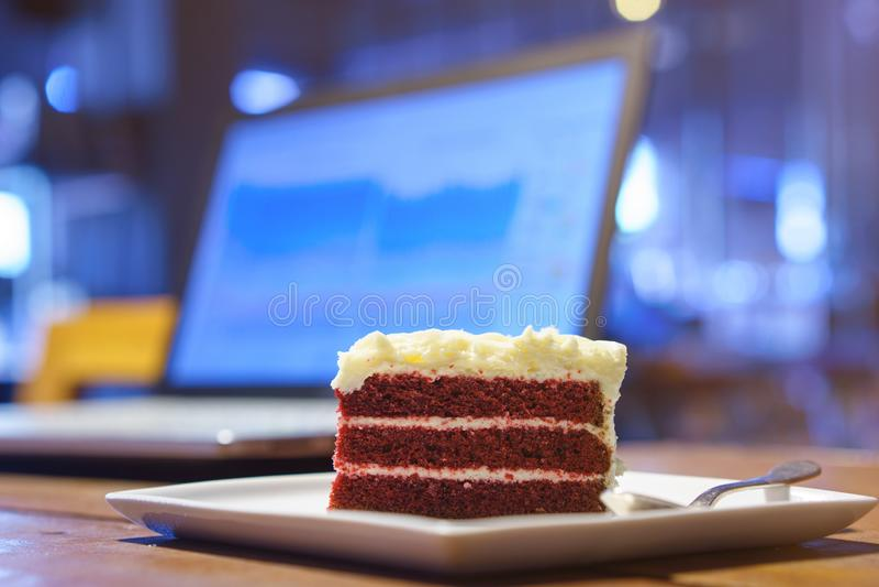 Cakechocolade op het houten lijstwerk met laptop notitieboekjecomputer royalty-vrije stock afbeeldingen