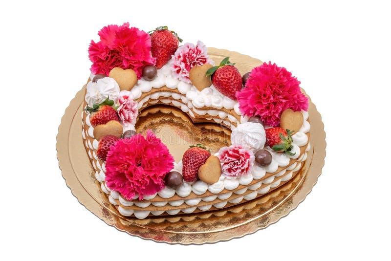 Cakehart met bloemen van anjers, aardbeien en koekjes stock afbeelding