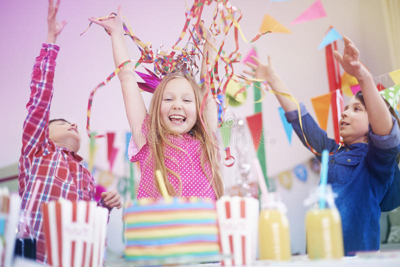 caken för födelsedagen för afrikansk amerikanballonger firar den härliga tid för deltagaren för utgångspunkten för holdingen för  royaltyfria foton