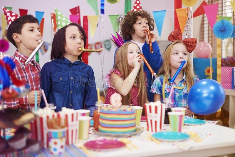 caken för födelsedagen för afrikansk amerikanballonger firar den härliga tid för deltagaren för utgångspunkten för holdingen för  royaltyfri fotografi