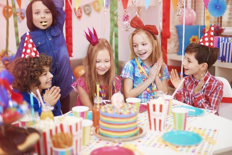 caken för födelsedagen för afrikansk amerikanballonger firar den härliga tid för deltagaren för utgångspunkten för holdingen för  royaltyfria bilder