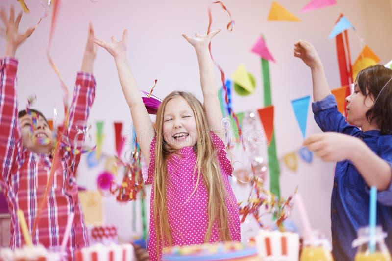 caken för födelsedagen för afrikansk amerikanballonger firar den härliga tid för deltagaren för utgångspunkten för holdingen för  royaltyfri foto