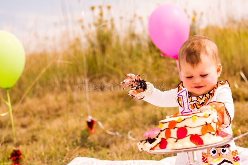 caken för födelsedagen för afrikansk amerikanballonger firar den härliga tid för deltagaren för utgångspunkten för holdingen för  arkivfoton