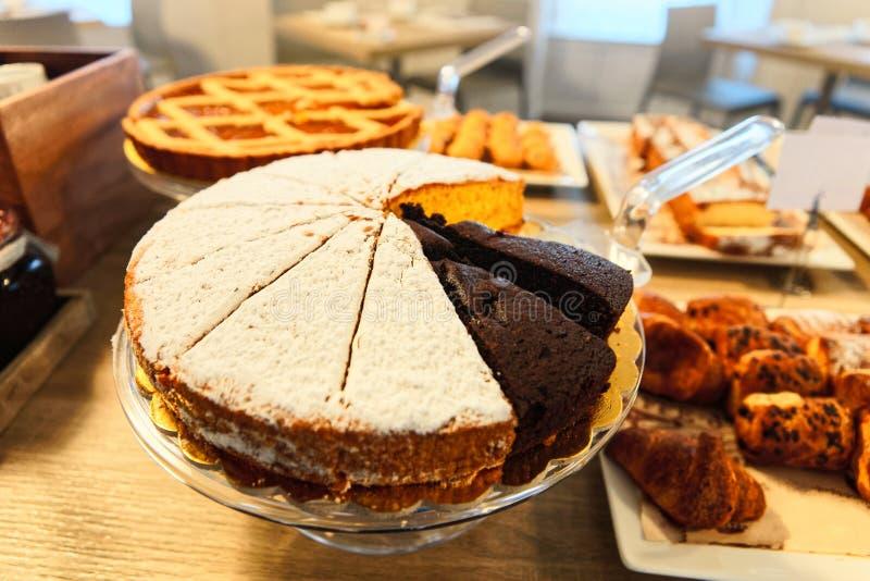 Cakes-Auswahl in Patisserie in Café und Bäckerei lizenzfreie stockbilder