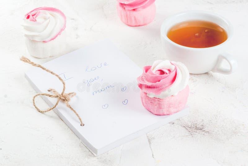 Cakes in de vorm van bloemen en thee stock afbeelding