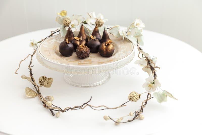 Cakes in de vorm van fruit op een plaat royalty-vrije stock fotografie
