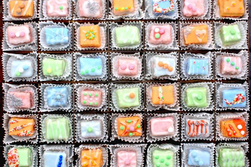 cakes dekorerade petit fyra arkivbilder