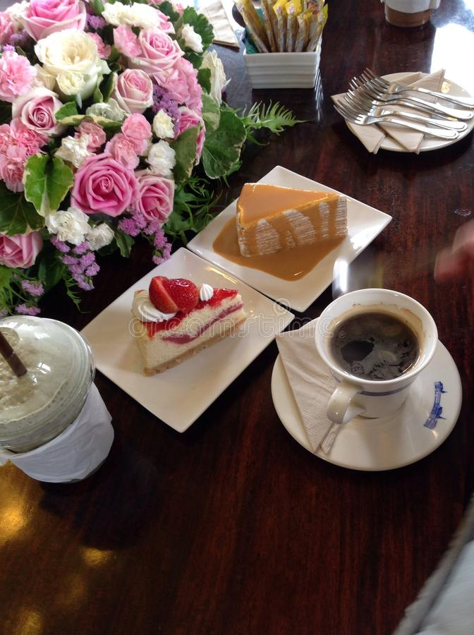 Cakes en koffie stock afbeeldingen
