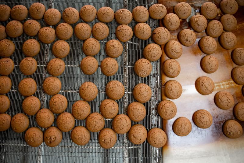 Cakes op automatische transportband of lijn, proces om in voedselfabriek, hoogste mening te bakken royalty-vrije stock foto's
