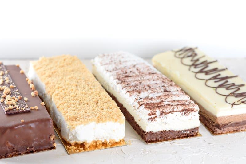 Cakes op witte lijst stock foto's