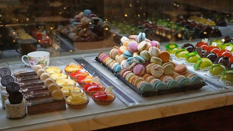 Cakes in showcase Australische patisserie met verschillende koekjes, makarons, gelei, cakes met vruchten en bessen royalty-vrije stock foto