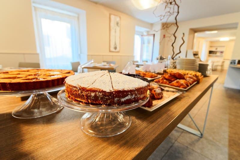Cakes-Sortiment in Patisserie in Café oder Bäckerei stockbilder
