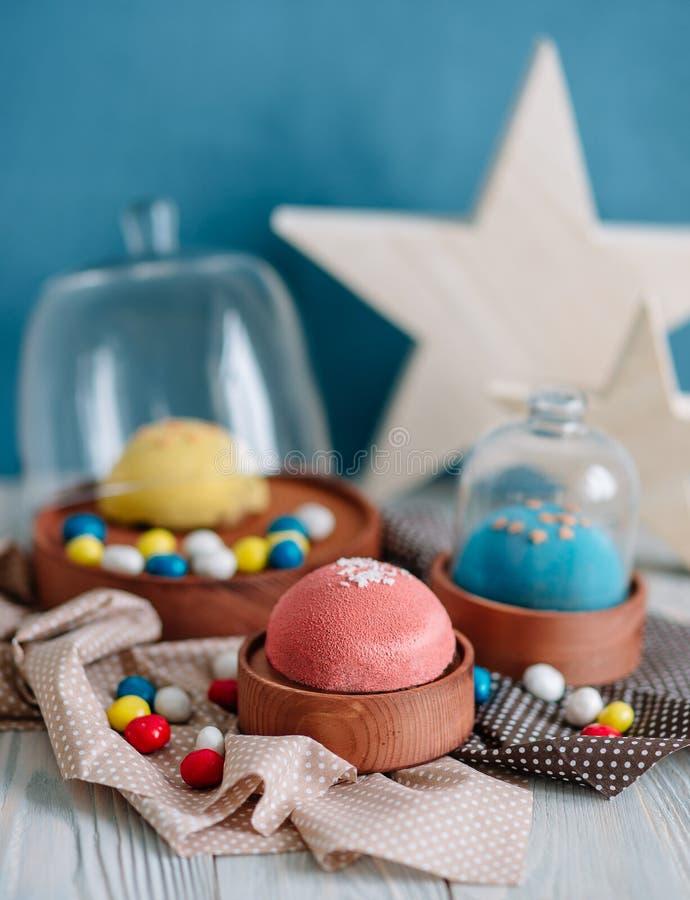 Cakes van verschillende kleuren in stilleven royalty-vrije stock foto