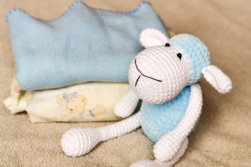Cakiel zabawka przy łóżkiem obraz royalty free