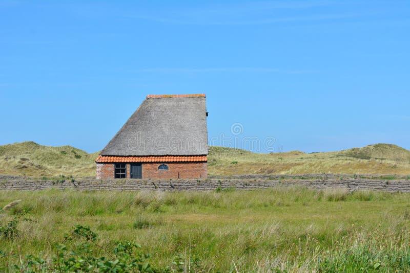 Cakla bungalowu schroniskowy budynek w parku narodowym De Muy w holandiach na Texel obrazy stock