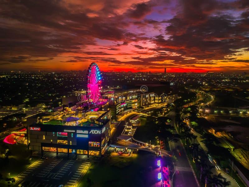 Cakung, East Jakarta, Indonesien (02/Mei/2019) : Aeralvy av solnedgången med färgade moln vid Eon Mall JGC royaltyfri fotografi