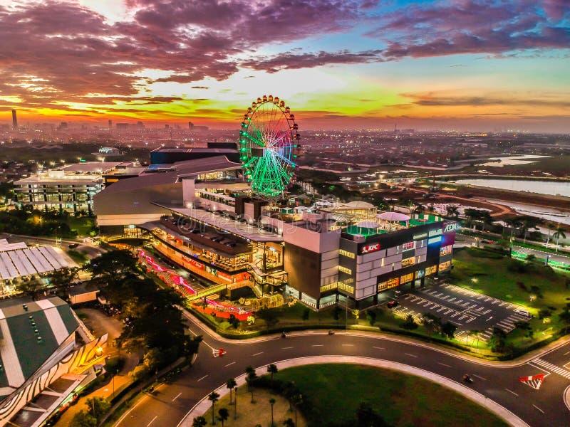 Cakung, East Jakarta, Indonesien (02/Mei/2019) : Aeralvy av solnedgången med färgade moln vid Eon Mall JGC royaltyfri bild