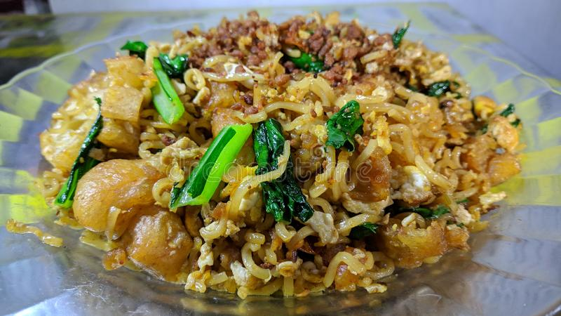 Cakwe Fried Noodles ist eine Vielzahl von sofortigen gebratenen Nudeltellern in Indonesien lizenzfreie stockfotos