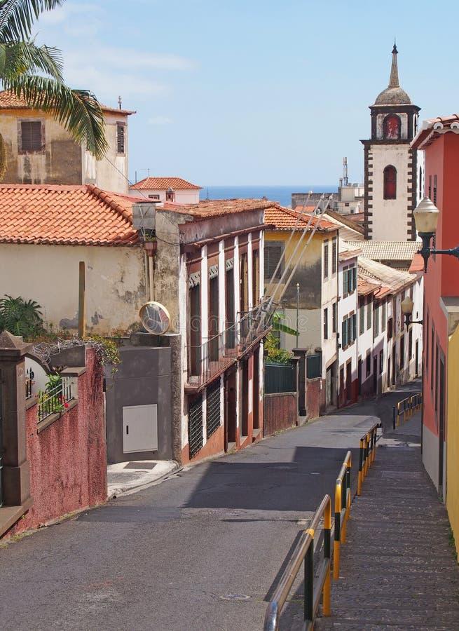 Calçada de Santa Clara ulica starzy malujący domy w Funchal Madeira biegać zjazdowy w kierunku morza z historycznym zdjęcie stock