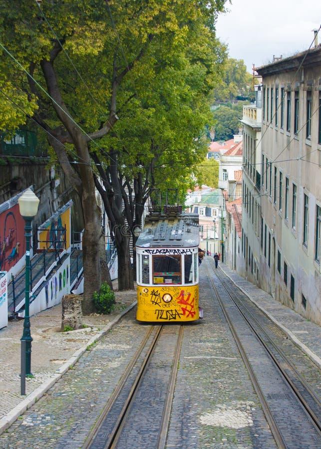 Calçada da GlÃ与格洛里亚的³ ria缆索铁路在里斯本,葡萄牙 库存图片