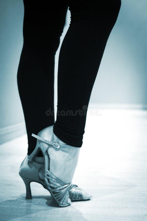 Calça o dançarino fêmea do professor da dança de salão de baile dos pés dos pés imagem de stock