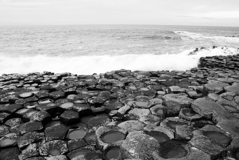 A calçada gigante do ` s preto e branco fotografia de stock