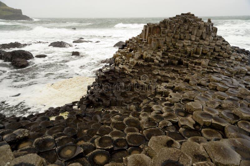 Calçada sextavada de Giants das rochas, Irlanda do Norte imagens de stock