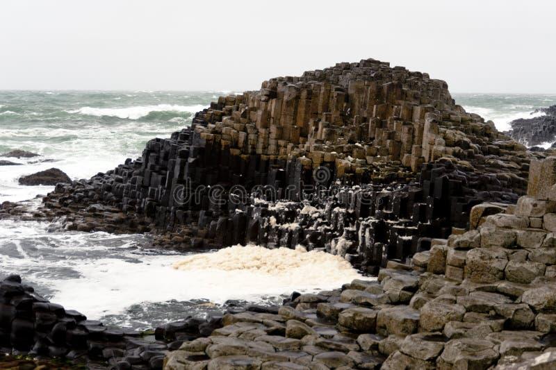 Calçada sextavada de Giants das rochas, Irlanda do Norte foto de stock