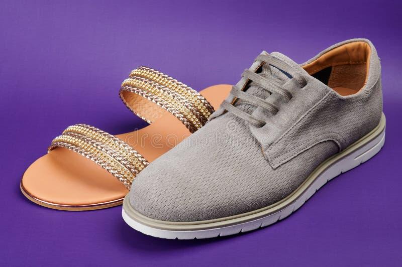 Calçados casuais do homem e sandália da mulher fotografia de stock royalty free