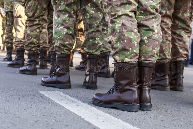Calçados do uniforme militar de Romênia dos soldados Tropas romenas fotografia de stock royalty free