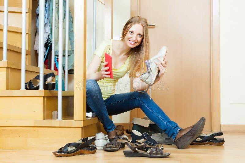 Calçados felizes da limpeza da mulher foto de stock royalty free