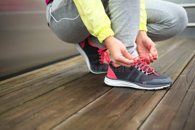 Calçados running do esporte do laço fêmea do corredor imagens de stock royalty free