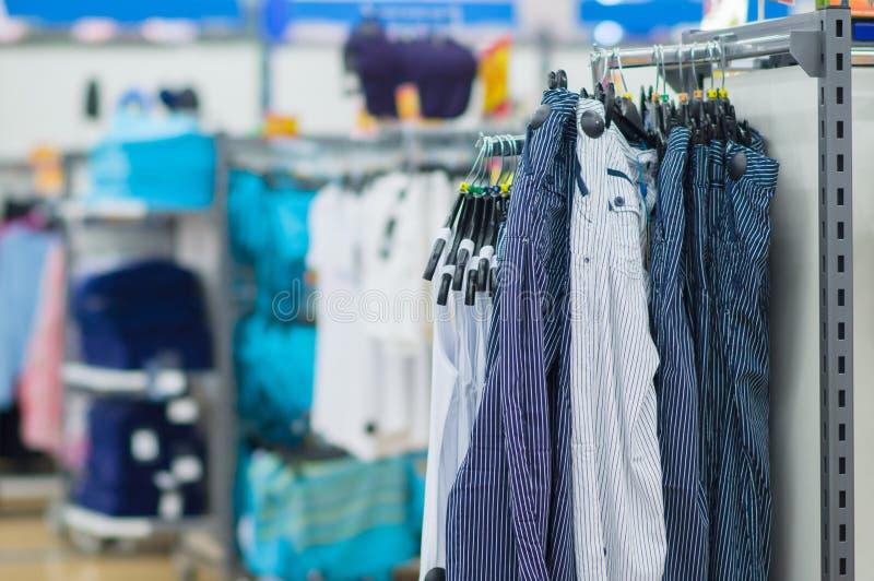 Download Calças Brilhantes Com Listras E T-shirt Imagem de Stock - Imagem de vestido, figura: 26507379