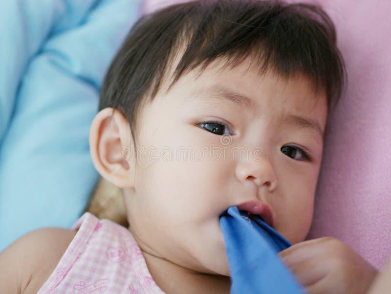 Calças cortantes de pano do bebê asiático pequeno imagem de stock