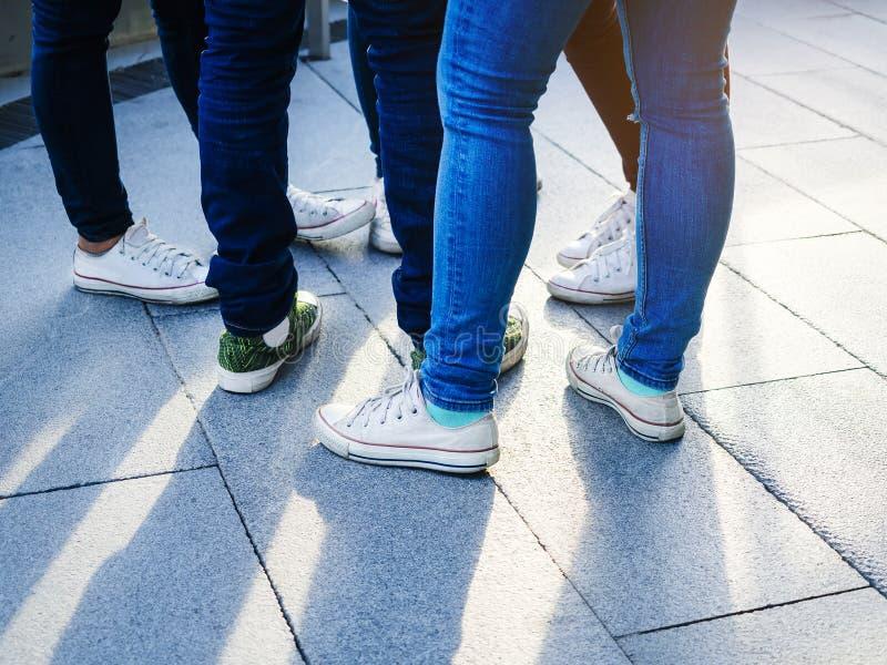 Calças de brim cuecas e sapatilhas do desgaste da rua do adolescente imagem de stock