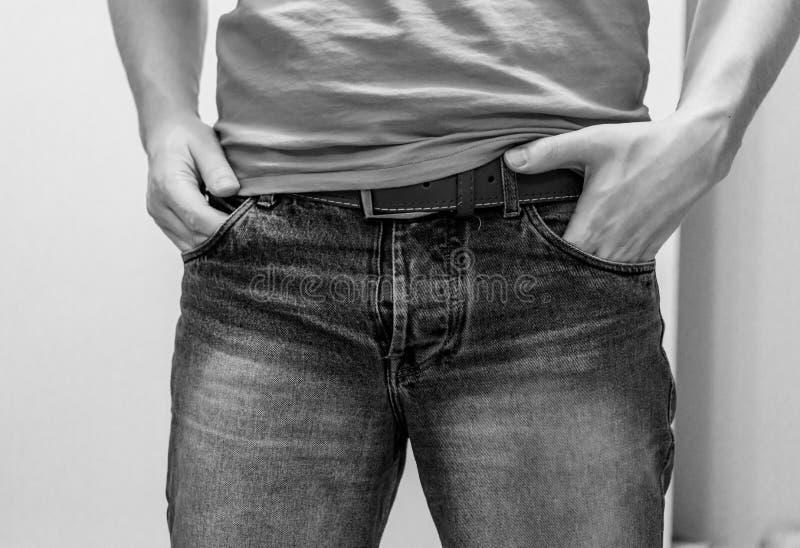 Calças de brim desgastando do homem fotografia de stock