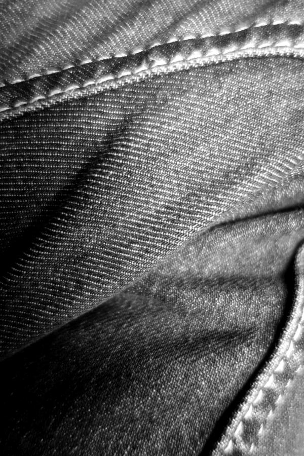 Calças de brim no close-up do pé em preto e branco fotografia de stock royalty free