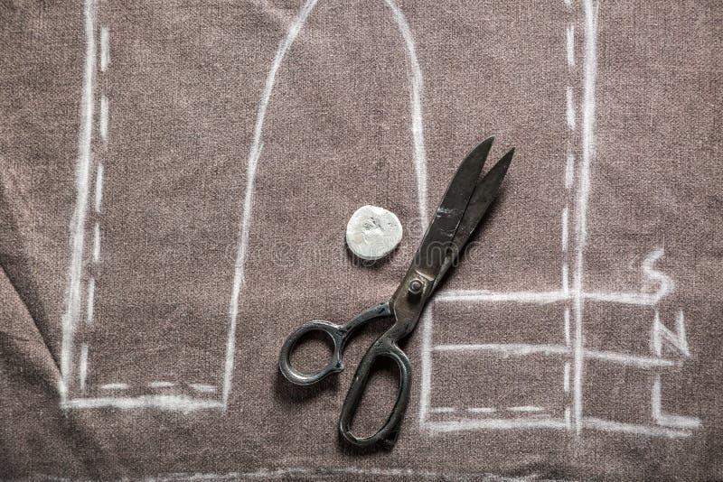 Calças do teste padrão do alfaiate do vintage com pano e tesouras ilustração do vetor