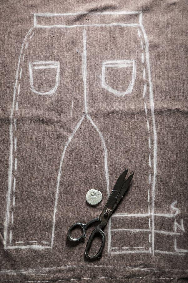 Calças do teste padrão do alfaiate do vintage com tesouras e pano ilustração royalty free
