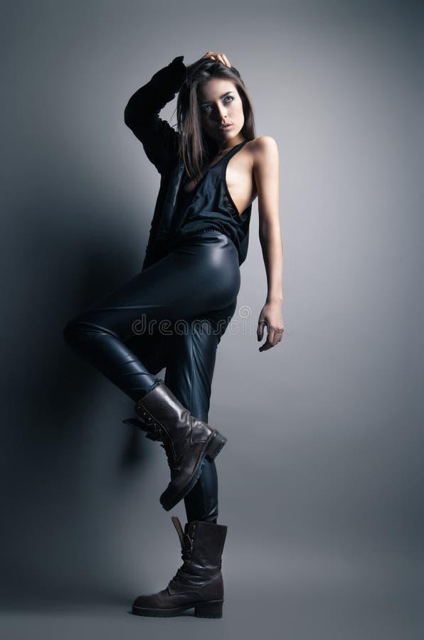 Calças e revestimento de couro vestindo do modelo de forma foto de stock royalty free