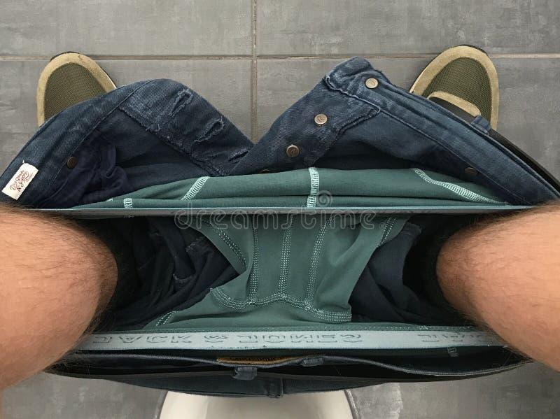 Calças e roupa interior do homem para baixo foto de stock