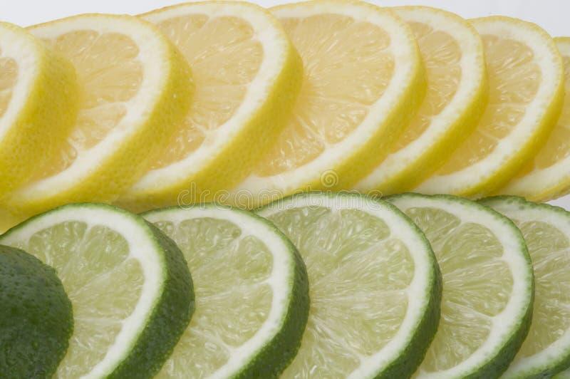 Cal con las rebanadas del limón imagen de archivo libre de regalías