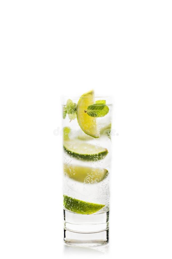 Cal e hortelã do cocktail de Mojito isolados no fundo branco imagem de stock