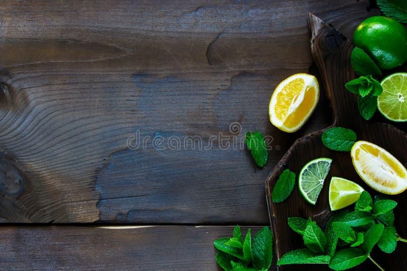 Cal, limones con la menta fotografía de archivo