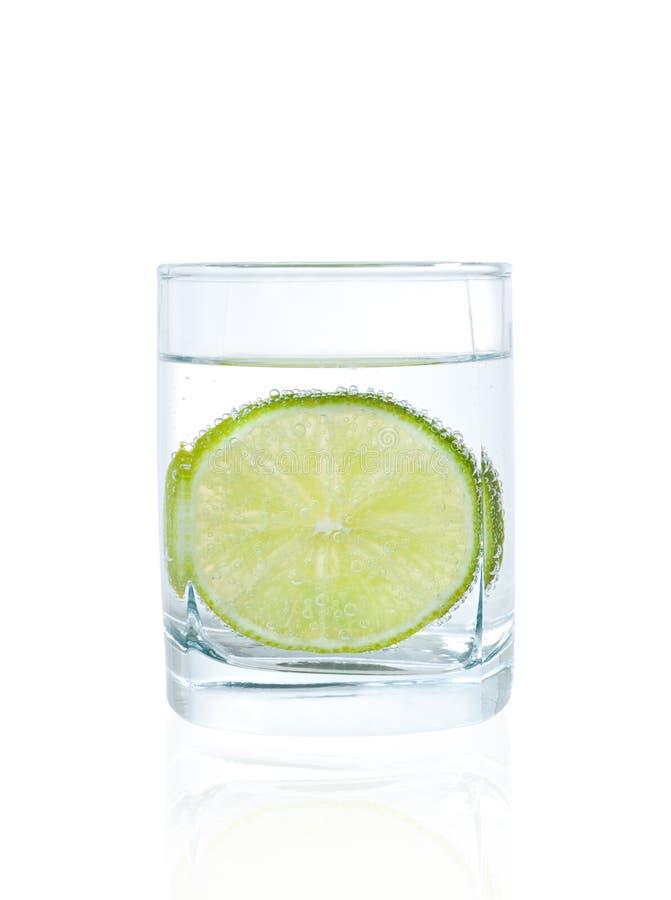 Cal no vidro da água mineral imagem de stock