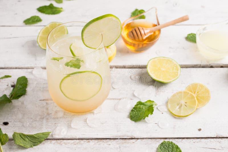cal saudável da limonada com hortelã e gelo em um vidro imagem de stock royalty free