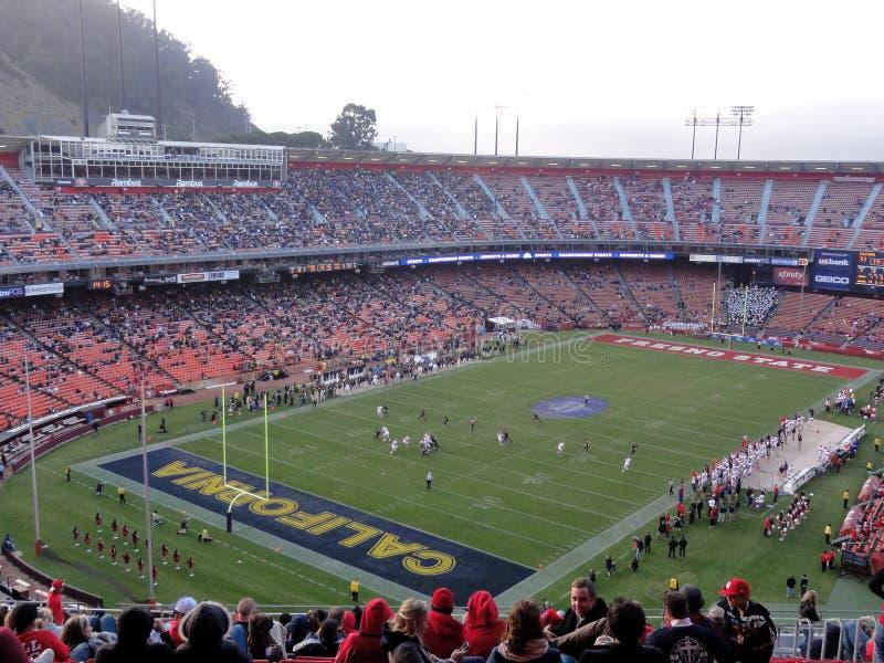 CAL versus De Staat van Fresno: Voetbalsters in actie tijdens spel royalty-vrije stock foto
