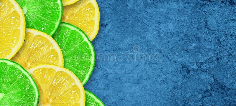 Cal y lim?n jugosos cortados en un fondo azul marino concreto Copie el espacio Frutas frescas Fondo de la fruta Alimento sano Vit stock de ilustración