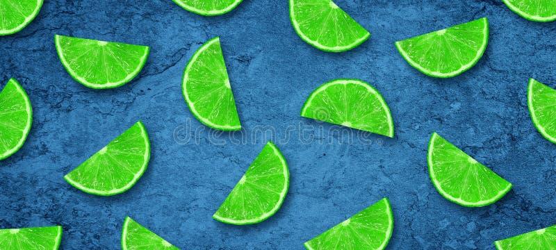 Cal y lim?n jugosos cortados en un fondo azul marino concreto Frutas frescas Fondo de la fruta Alimento sano Vitaminas Verano ilustración del vector