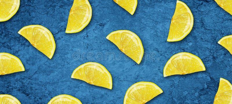 Cal y lim?n jugosos cortados en un fondo azul marino concreto Frutas frescas Fondo de la fruta Alimento sano Vitaminas Verano stock de ilustración